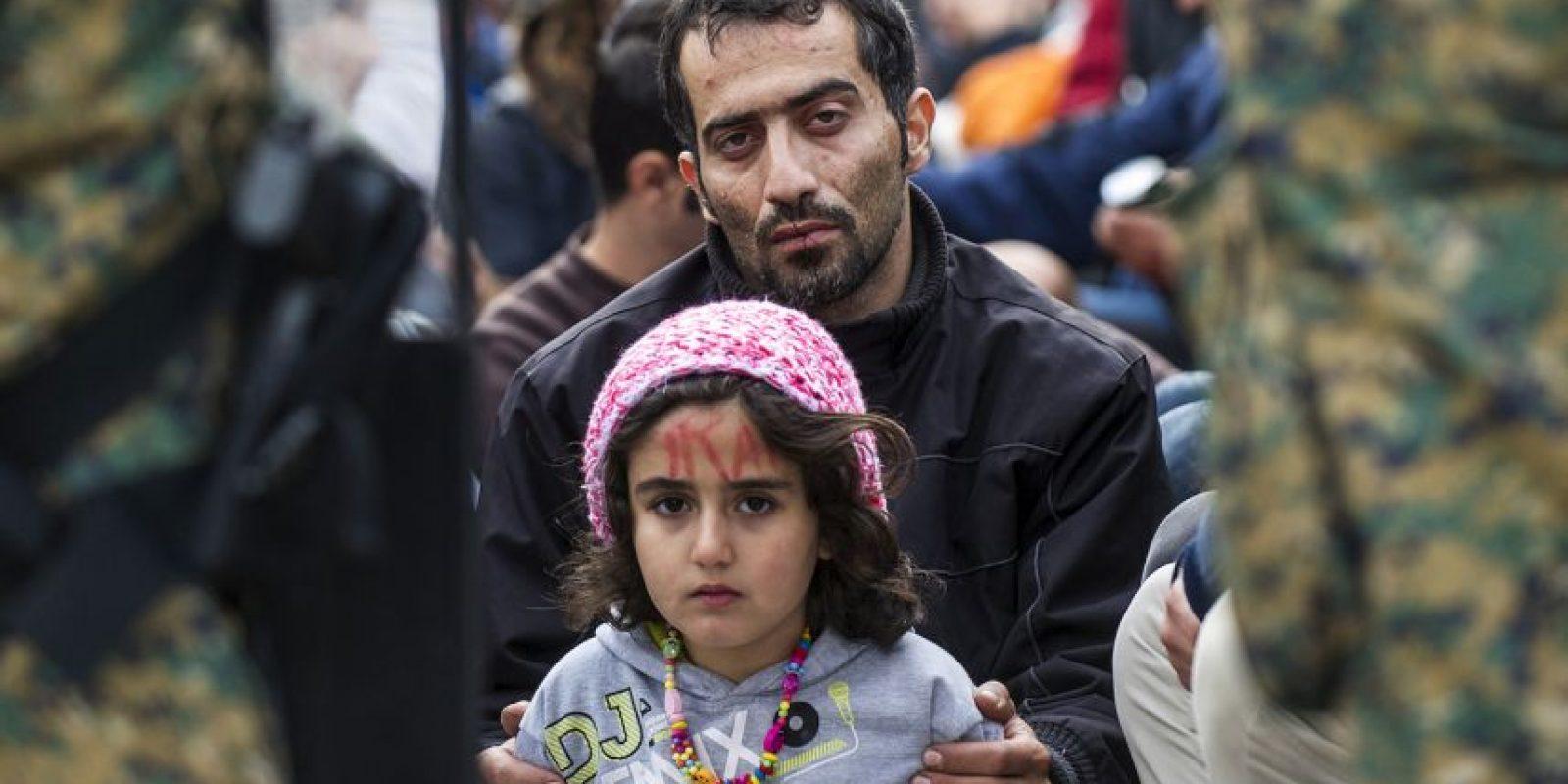 Iraníes protestan para que les permitan a migrantes y refugiados cruzar la frontera de Grecia y Macedonia. Foto:AFP