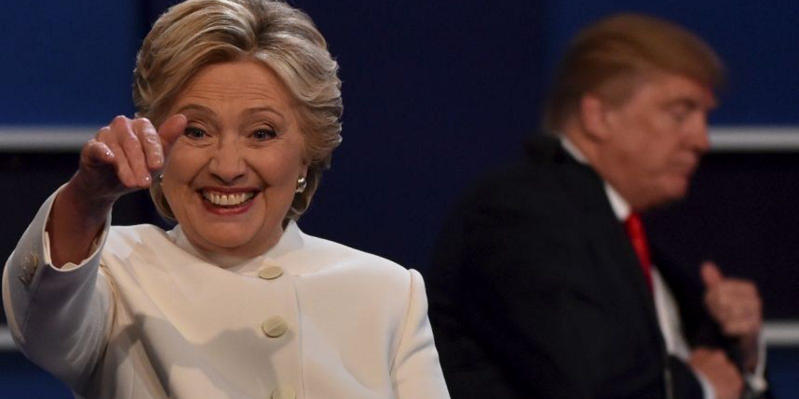 Hillary Clinton saluda a los asistentes tras el debate Foto:AFP