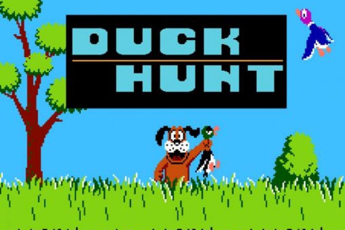 Duck Hunt fue desarrollado por Nintendo para la consola NES, en donde el usuario debía utilizar una pistola de luz (vendida como accesorio) para dispararles a los patos que volaban por la pantalla. Foto:Nintendo
