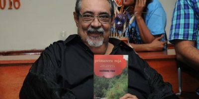 El cantante Anthony Ríos muestra al público un ejemplar de su obra literaria. Foto:Fuente externa