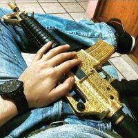 Comparten imágenes de las armas bañadas en oro que utilizan Foto:Instagram.com – Archivo