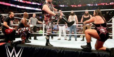 En una pelea de eliminación con mesas Foto:WWE