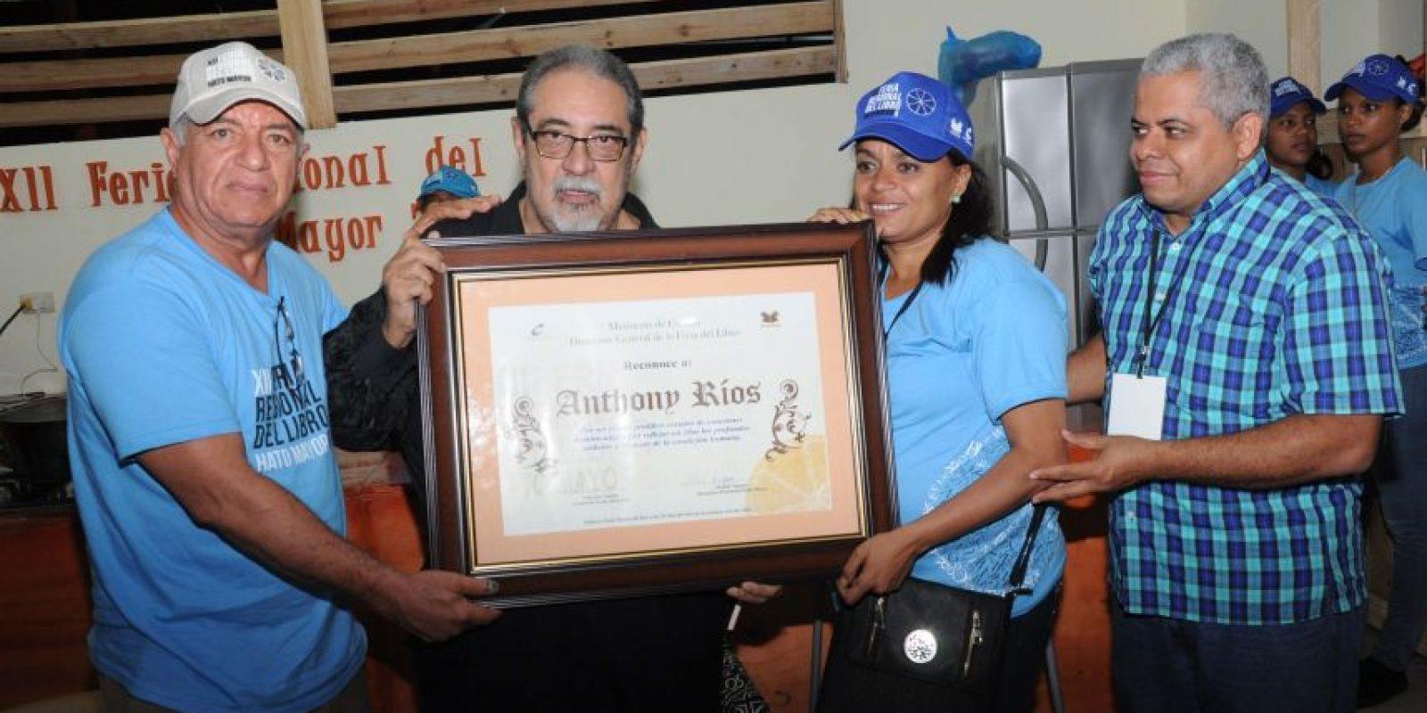 El homenajeado cantante, Anthony Ríos, recibe el reconocimiento de manos del escritor Valentín Amaro y la gestora cultura Wendy Jáquez, le acompaña el escritor Robert Berroa, director regional de Cultura. Foto:Fuente externa