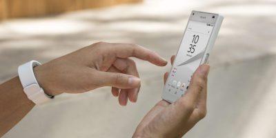 Xperia Z5 puede configurarse con la Smartbanda de Sony que ayuda a calcular el ritmo cardiaco, y la cantidad de calorías quemadas en actividades físicas. Foto:Fuente Externa