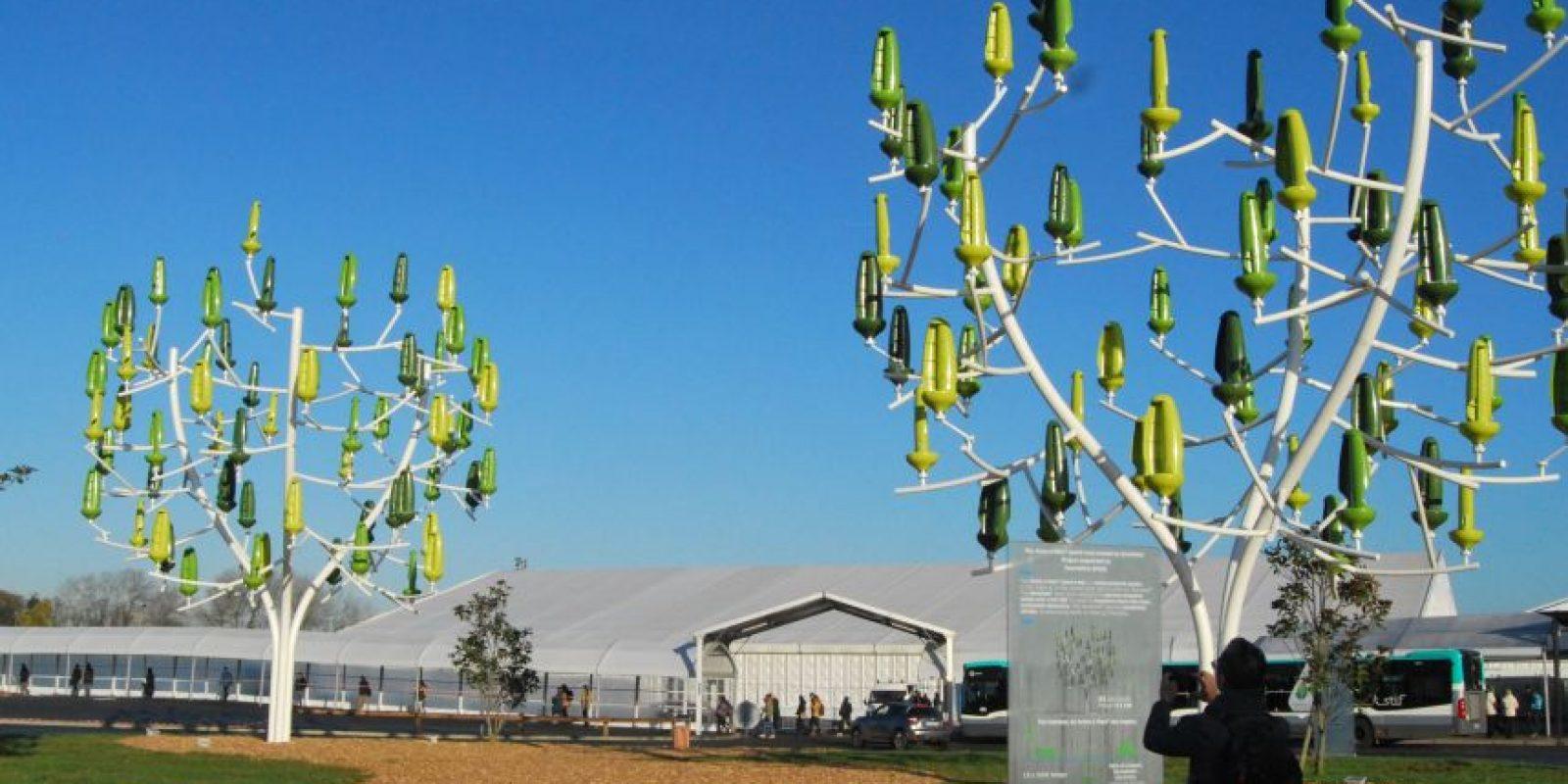 """Árboles con energía eólica. No solo son adorables, también son super útiles. Estos árboles (llamados Aeroleafs) mueven sus """"hojas"""" con el viento y generan energía suficiente para mantener encendidas 15 lámparas de la calle, el 83% de las necesidades de electricidad de un hogar de cuatro personas y para mover un carro eléctrico por 16.364 kilómetros al año."""