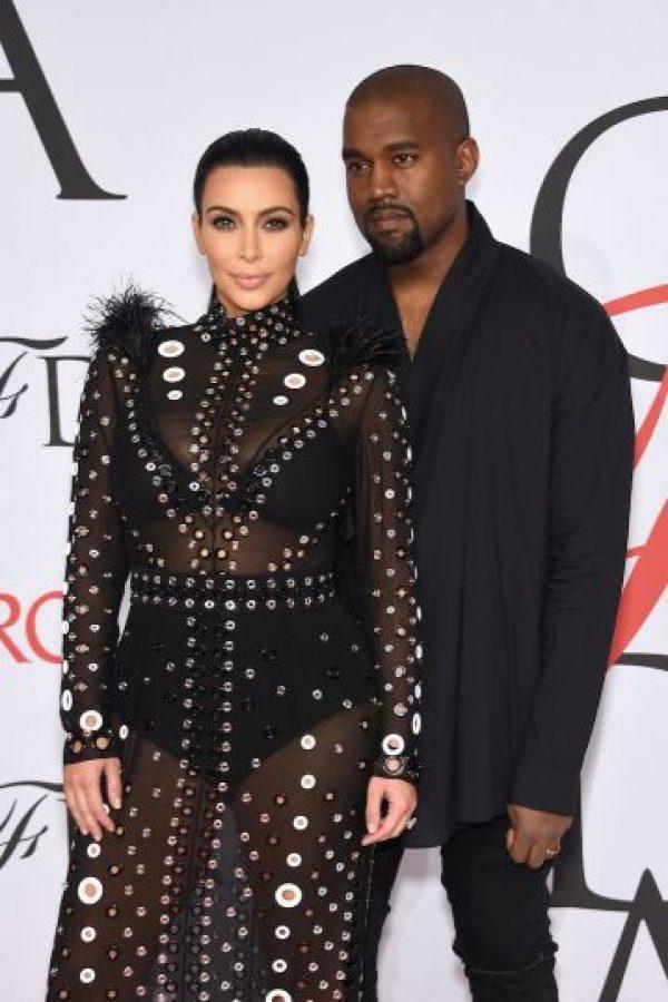 Kanye West le entregó a Kim Kardashian un hermoso anillo de compromiso hecho con una esmeralda de 15 quilates. Foto:Getty Images