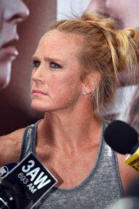 Debutó en UFC 184 peleando contra Raquel Pennington, a quien venció por decisión dividida. Foto:Getty Images