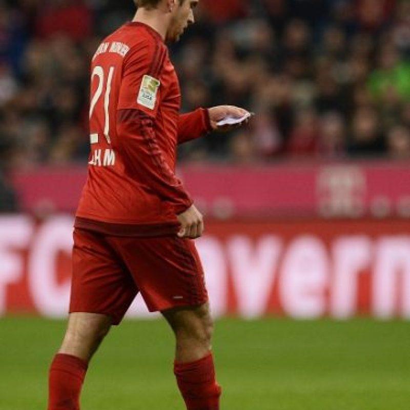 """Pero en lugar de decirle algo, simplemente le dio un papelito. El alemán leyó lo que este contenía, y """"milagrosamente"""", cayeron los 2 goles que le dieron la victoria al Bayern. Foto:Getty Images"""