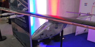 Aviones solares. Este prototipo del Solar Impulse muestra cómo funciona el avión más ecológico del mundo. Cuenta con 17,000 paneles solares que le ayudan a mantenerse en el aire sin necesidad de los contaminantes combustibles fósiles.