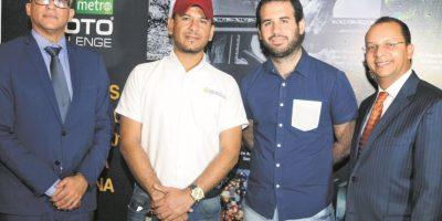 Homero Figueroa y Pedro Figueroa junto a los ganadores de Photo Challenge Foto:Roberto Guzmán