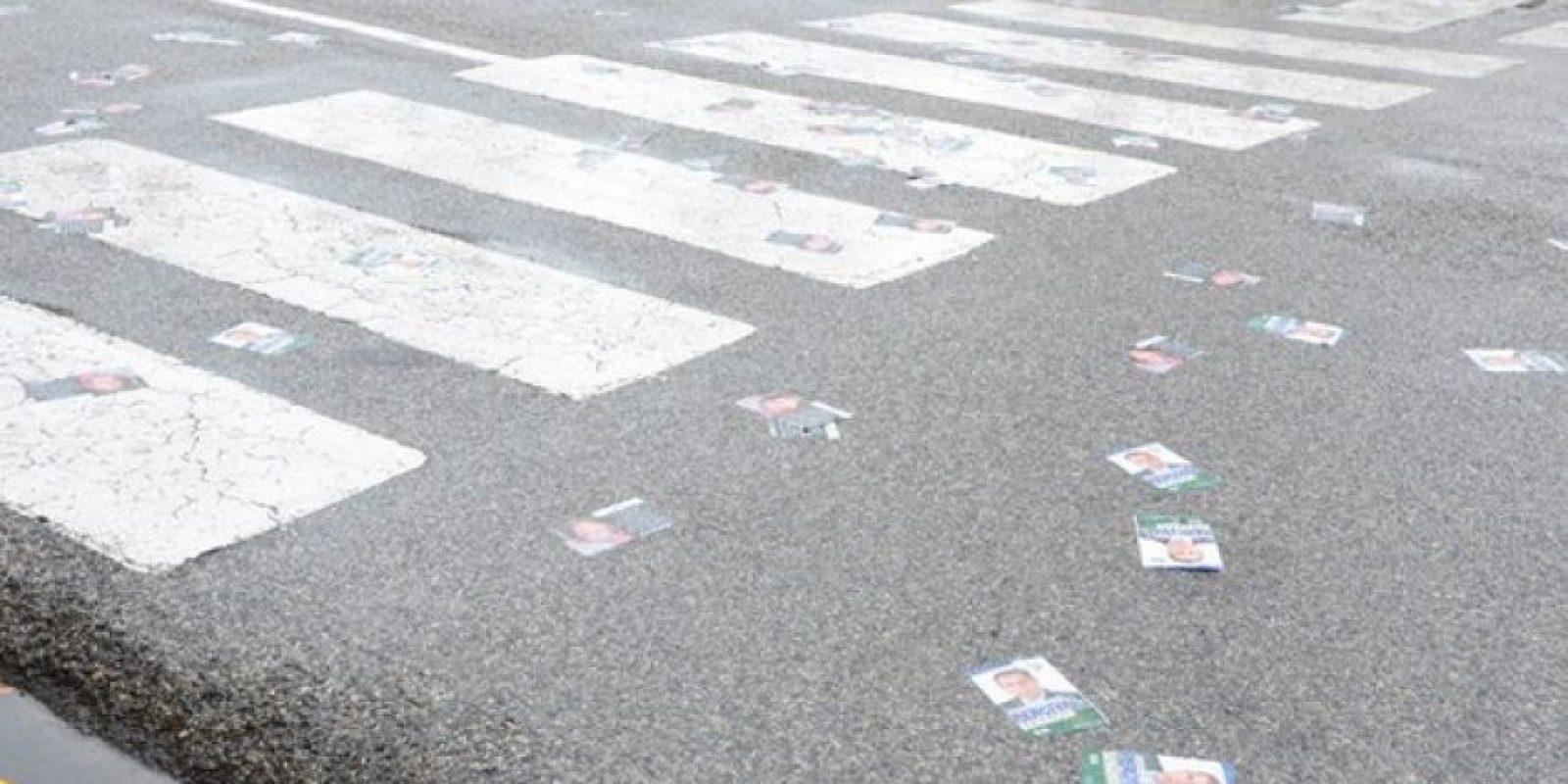 Afiches caídos sobre el Palacio Nacional Foto:Fuente Externa