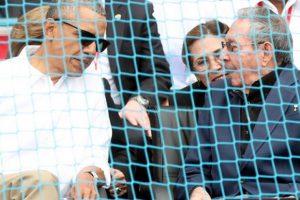 Ambos mandatario hablan durante el partido. Foto:Fuente Externa