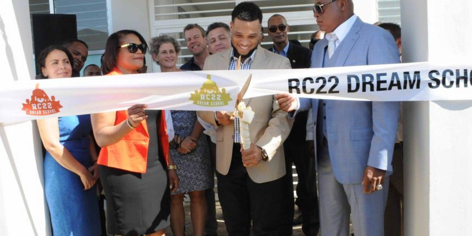 Robinson Canó corta la cinta para dejar inaugurada la Escuela RC-22 Dream. Foto:Fuente externa