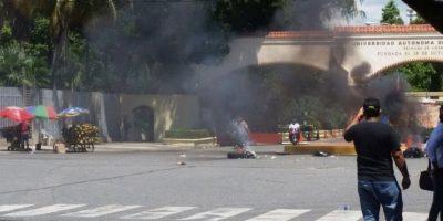 Queman neumáticos en la UASD luego del paro de los empleados