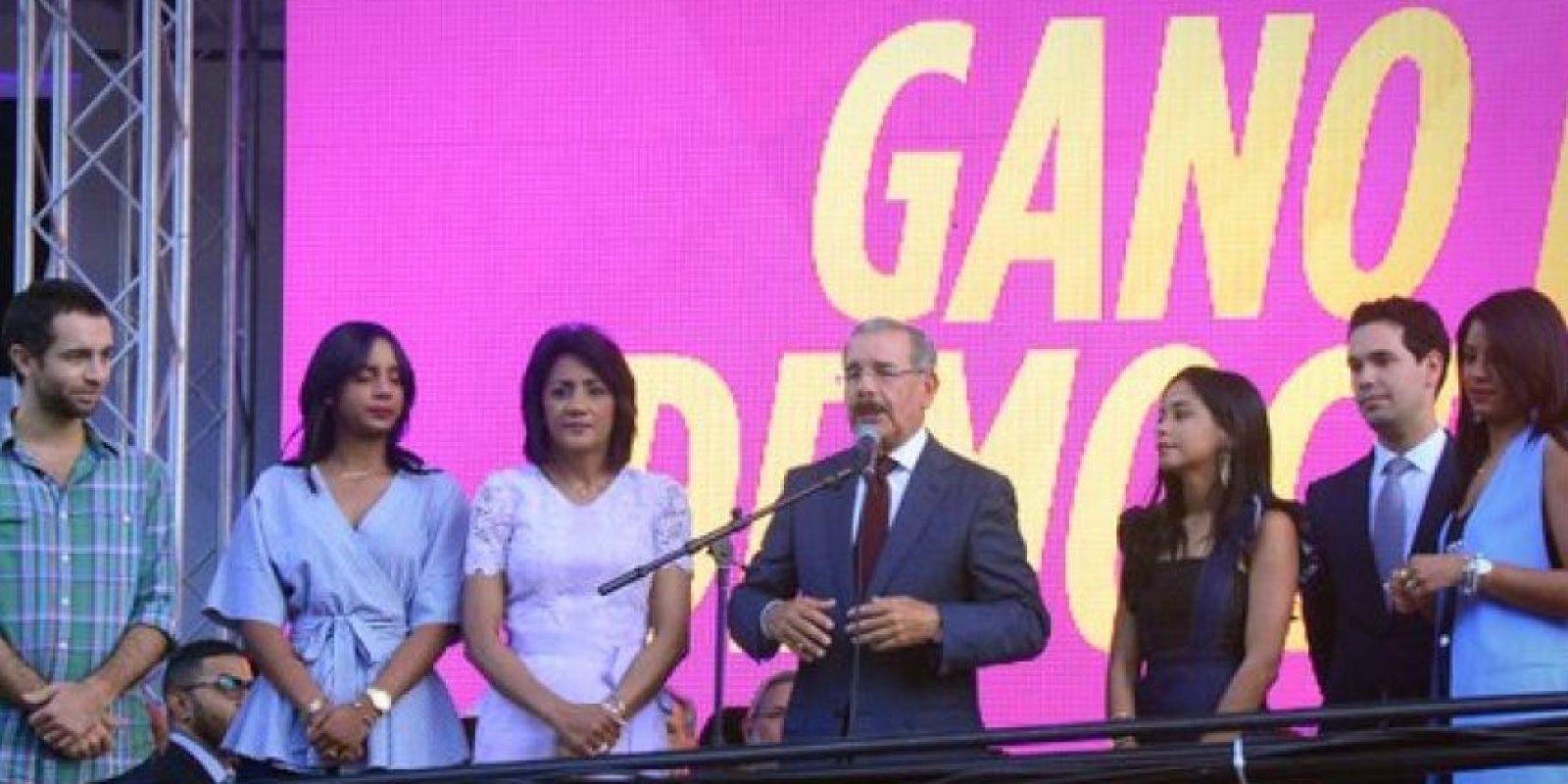 El presidente Medina junto a su familia celebrando el triunfo del PLD Foto:Fuente Externa