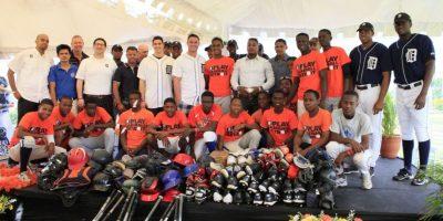 Fundación de Detroit entrega útiles deportivos por segundo año a orfanato en RD