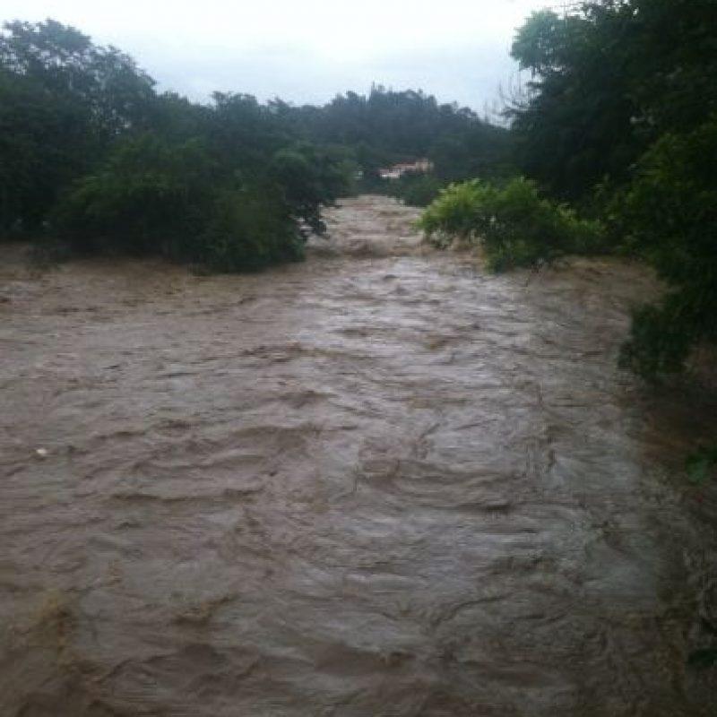 Fuerte crecida del río Yaque del Norte, en Jarabacoa. Foto:@LeninEDelgado
