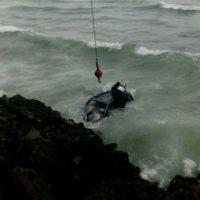 Un grua saca la jeepeta caíd al mar Caribe Foto:Amet