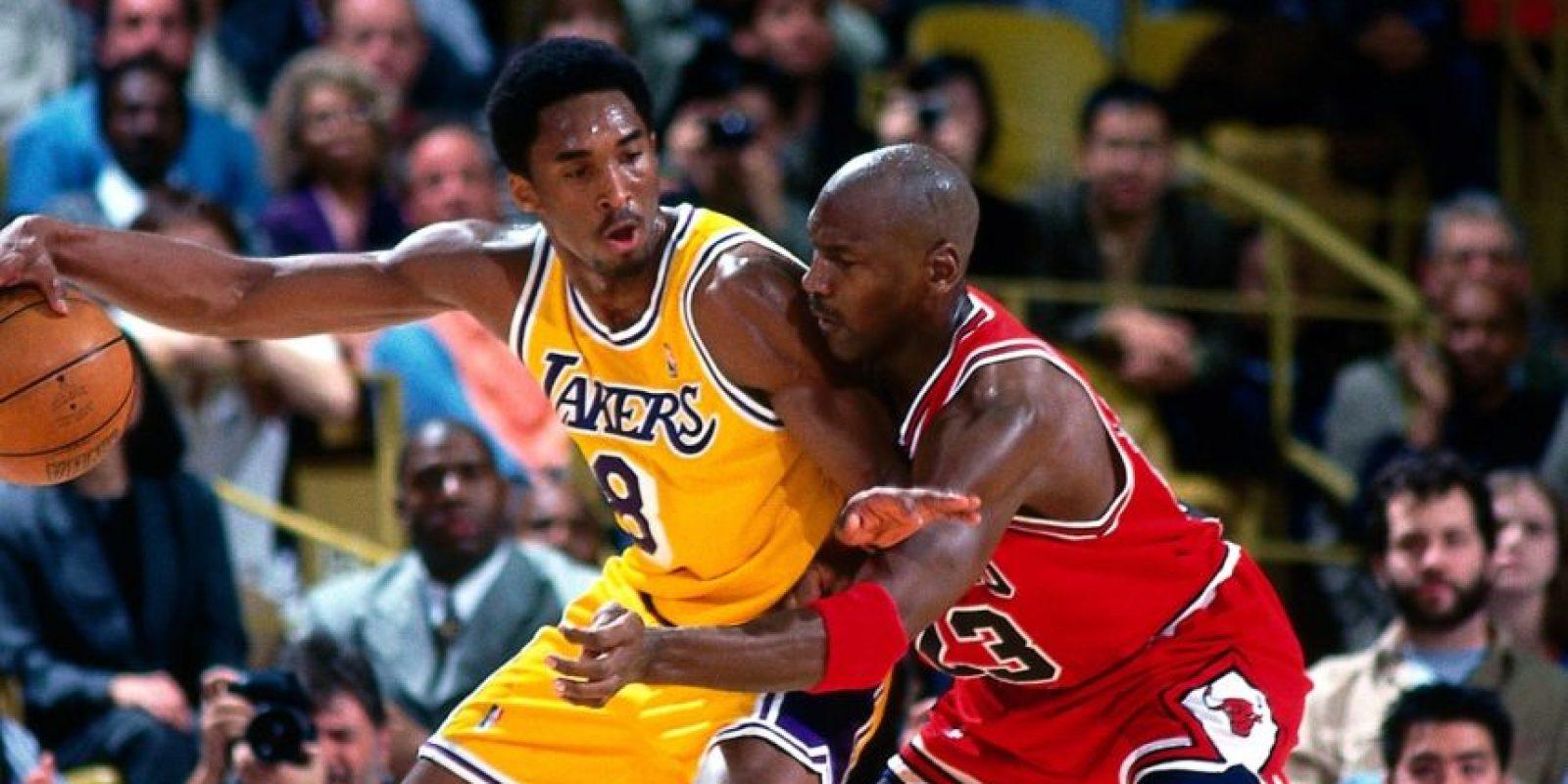 Superó a Jordan. Con sus 32 mil 683 puntos, Kobe es el tercer mejor anotador histórico en de liga detrás de Kareem Abdul-Jabbar y Karl Malone. La importancia de esta cifra es que para poder llegar hasta esa posición Bryant desplazó a Michael Jordan (32 mil 292 puntos en su carrera), quien siempre fue la figura que se propuso superar desde su llegada a la NBA. Foto:Fuente Externa