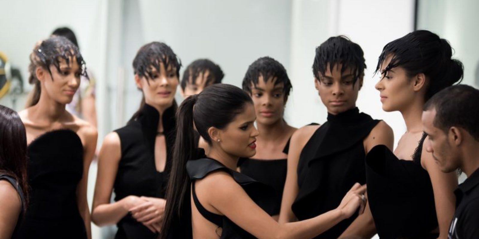 Maylé Vásquez dando los toques finales a sus modelos antes de la presentación de En Ligne. Foto:Maeno & co