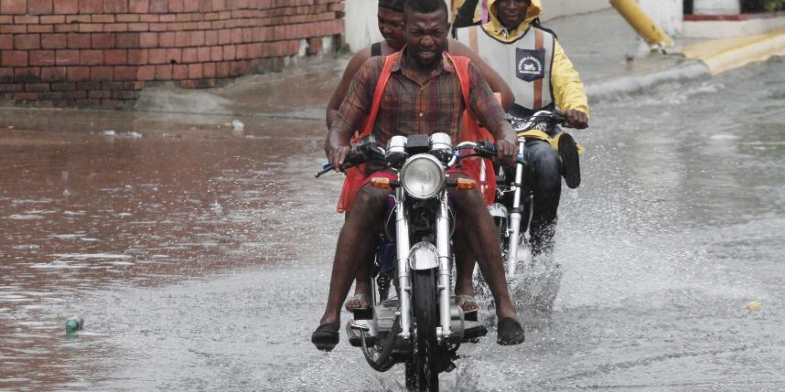 Las lluvias de ayer dificultaron el tránsito en Santo Domingo y redujeron la temperatura. Foto: Roberto Guzmán