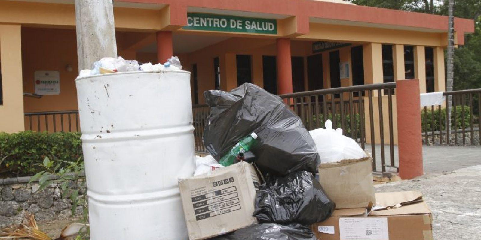 El cómulo de basura forma parte del recibimiento en la explanada de las áreas de oficina. Foto:Robero Guzmán
