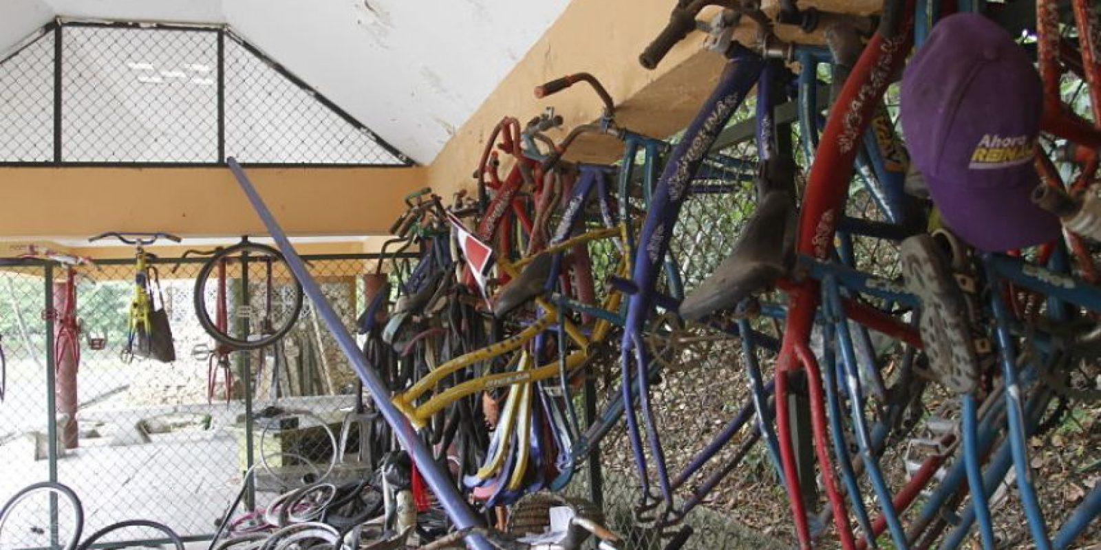 De las bicicletas solo quedan 12, mientras se exhiben, como en feria, decenas de restos oxidados. Foto:Roberto Guzmán