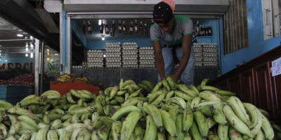 En los mercados también se ha notado la baja en el consumo de plátano. Foto:Roberto Guzmán