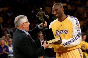 Jugador Más Valioso de la NBA 2007-08. En la temporada del 2007-08 Kobe conquistó su único premio de Jugador Más Valioso de la NBA. Para lograr el premio, la estrella de los Lakers superó en las votaciones a LeBron James, Chris Paul y Kevin Garnett. Bryant tuvo el segundo mejor promedio en puntos en la NBA al anotar de 28.3 unidades por partidos, con 6.3 rebotes y 5,4 asistencias. Llevó a su equipo a conquistar el mejor récord en la Conferencia del Oeste. Foto:Fuente Externa