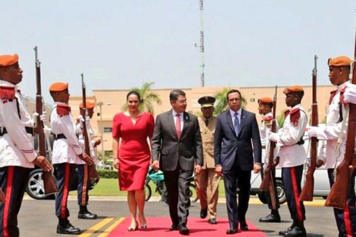 Pareja presidencial de Honduras a su llegada al Palacio Nacional junto al canciller Andrés Navrro Foto:Presidencia RD