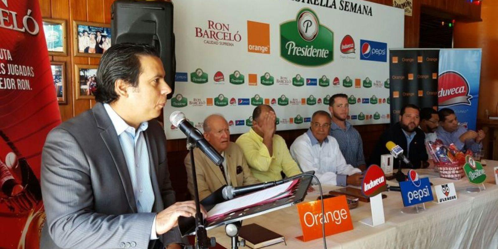 John Castillo lee la semblanza de Héctor Noesí. Obsevan Pablo Ulloa, José Pérez, Noesí, Leonardo Matos Berrido, Audy Ciriaco, José Astacio y José Mallén. Foto:Fuente Externa