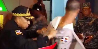VIDEO: El momento en que les quitan uniformes a supuestos policías corruptos