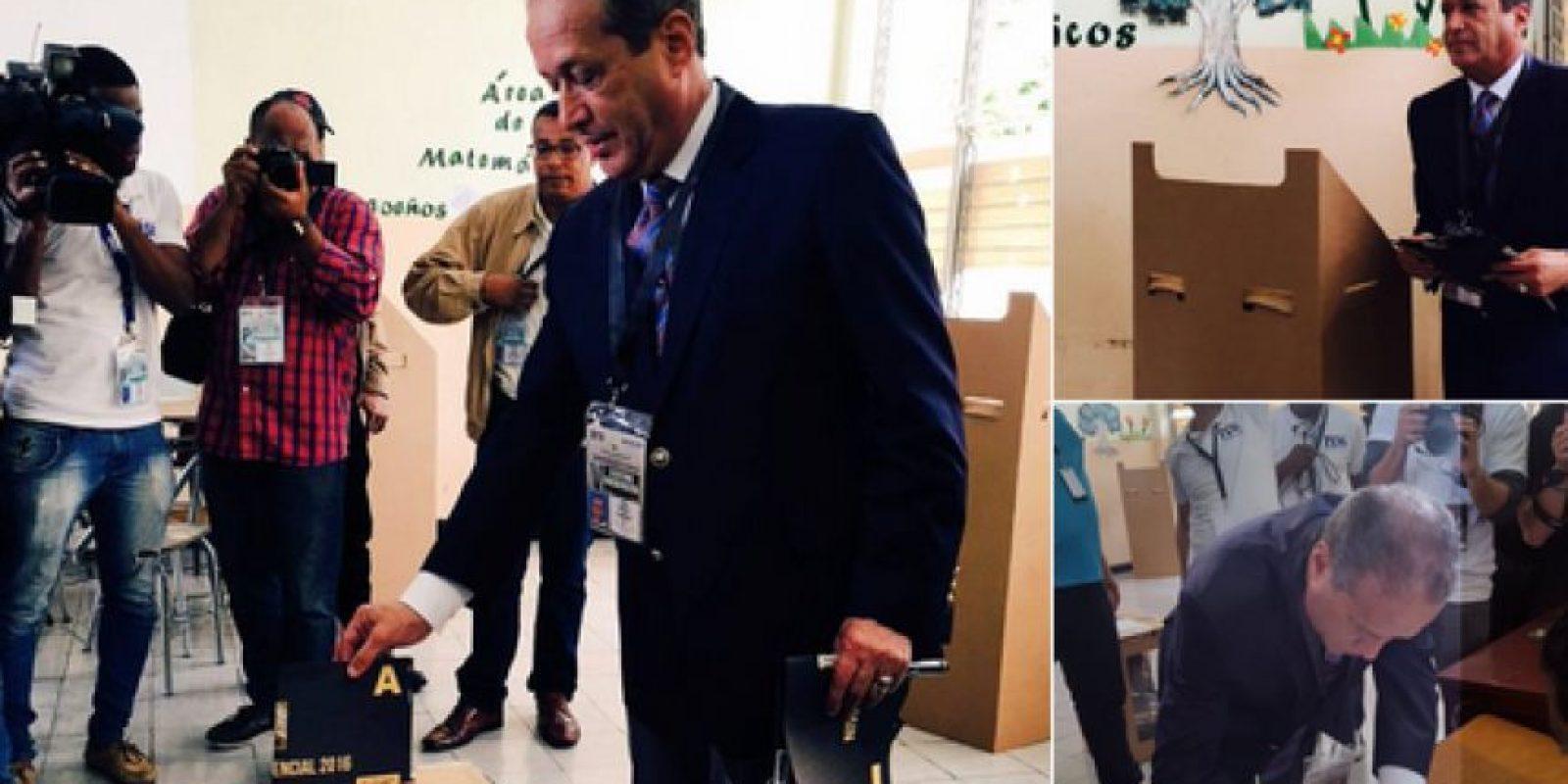 Reinaldo Pared mientras ejercía su derecho al voto