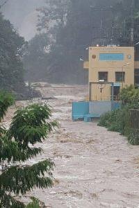 Situación actual del rio Jimenoa en JARABACOA. Esa caseta es donde está la hidroeléctica. Por favor mucha cautela. Foto:@sergiocarlo