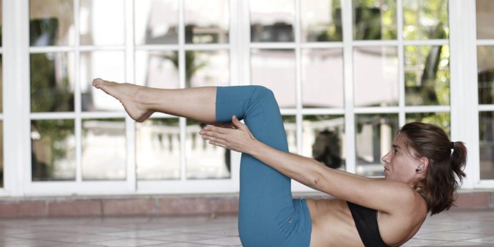 Pose del bote. Preparación: Estando sentados, apoyamos la planta de los pies sobre el piso y colocamos las manos justo debajo de los hombros. Contraemos el abdomen y levantamos los pies del suelo. Buscamos el balance. Una vez lo encontremos, elevamos los brazos al nivel de las piernas. Manteniendo la posición con los brazos, enderezamos las piernas hasta dejarlas lo más rectas que podamos. Mantenemos la pos