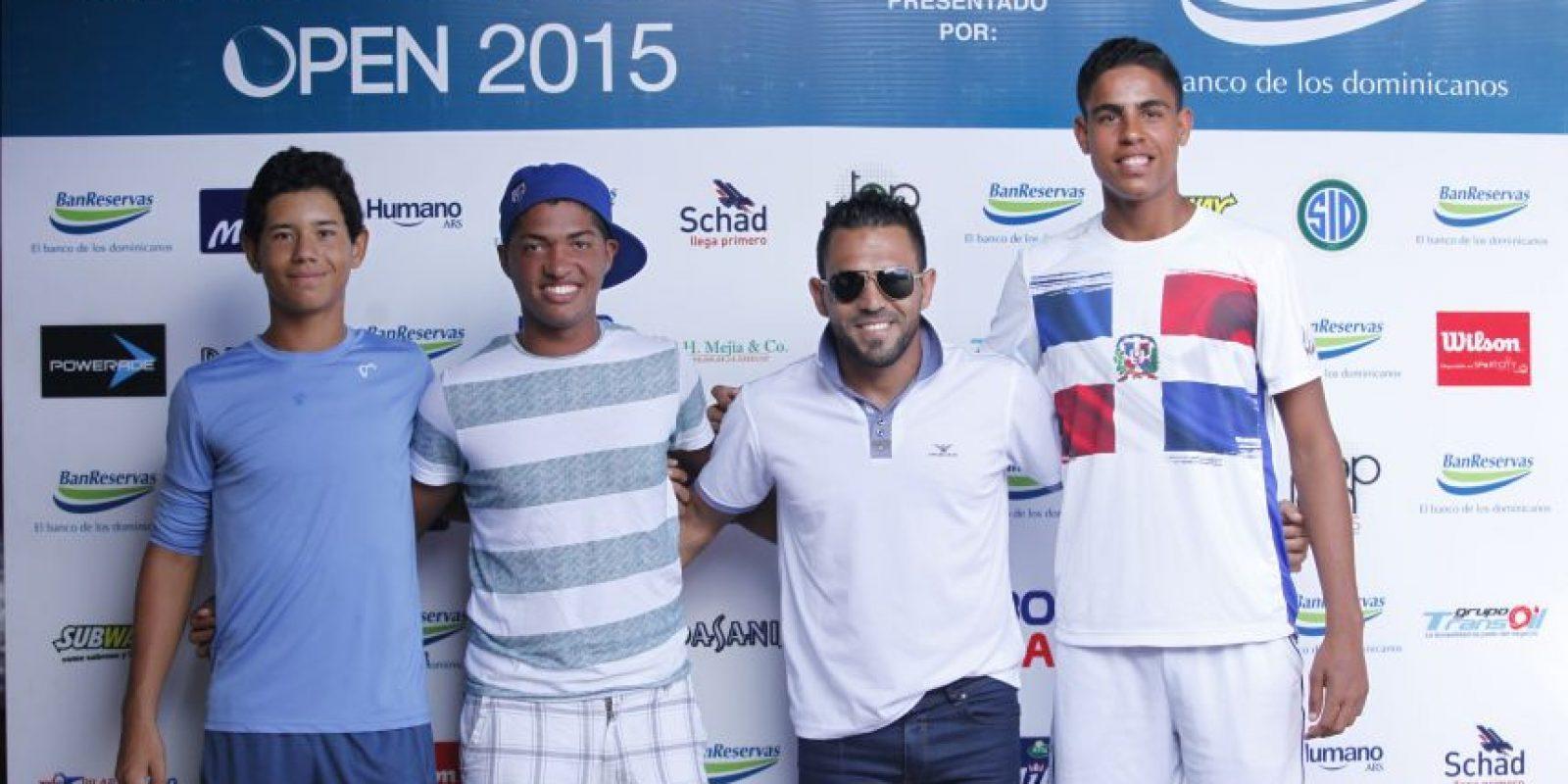 Victor Estrella junto a los dominicanos Nick Hardt y José Olivares, Foto:Fuente Externa
