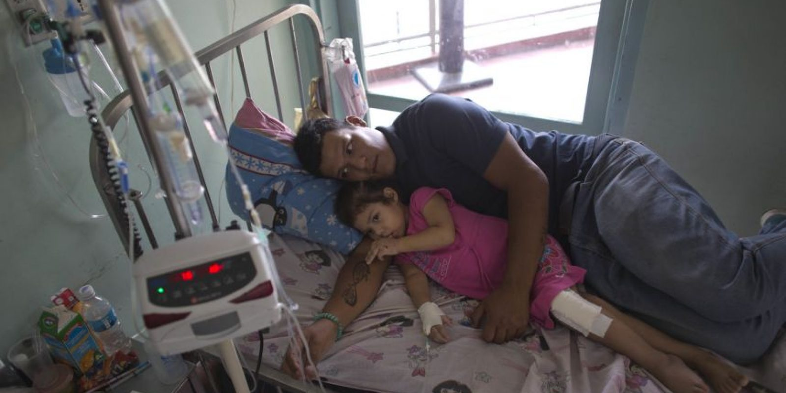 Maykol Pacheco abraza a Ashley en su cama de hospital Foto: AP