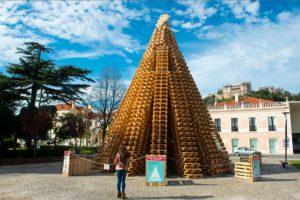 Este árbol de Navidad es la sensación en el pueblo portugués de Leiria y está hecho con estibas (también llamados pales). Fue construido en cuatro días. Foto:vía Sistema 4.