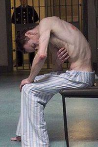Fassbender se convirtió en Bobby Sands, un preso de la vida real que se sometió a una huelga de hambre en 1981. Foto:vía twitter.com