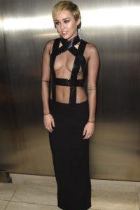 Y en los premios amfAR Inspiration causó gran controversia al mostrar de más con este vestido. Foto:Getty Images