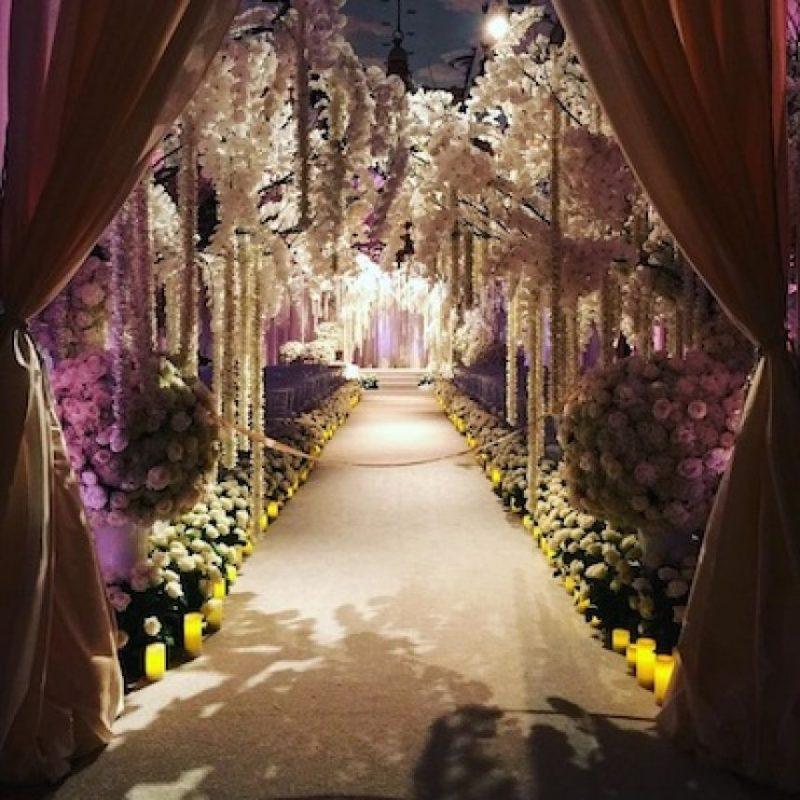 Flores, velas y muchas rosas rojas adornaron la gran ceremonia Foto:Instagram/sofiavergara