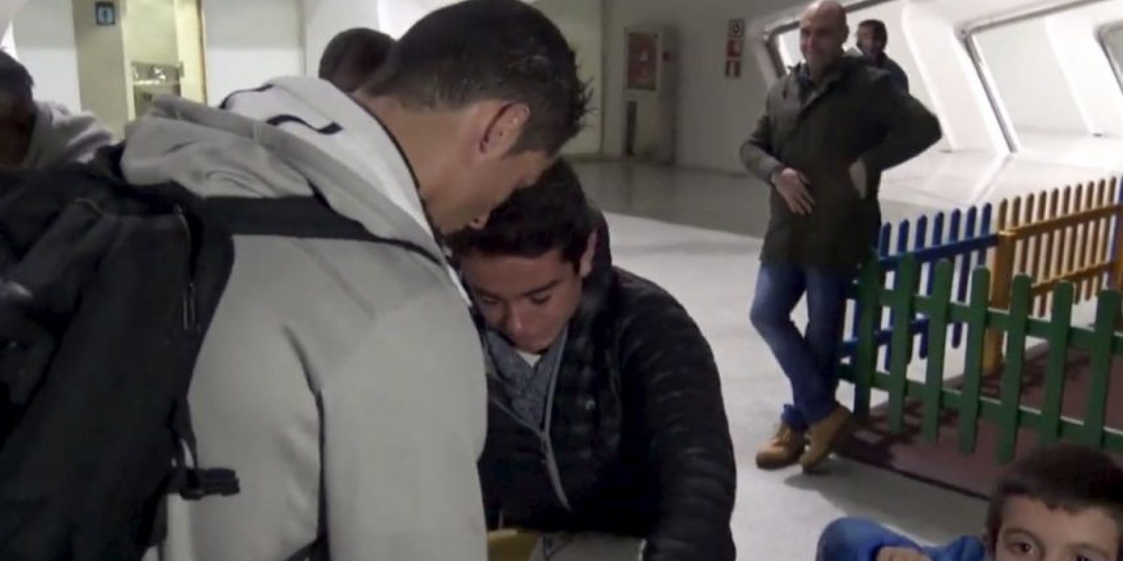 El futbolista portugués se detuvo para firmarle la camiseta. Foto:twitter.com/realmadrid
