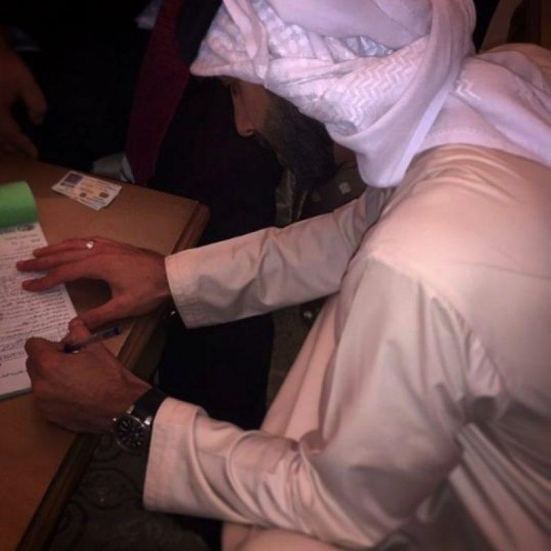 En su cuenta de Instagram se puede ver el momento en que firma su acta de matrimonio. Foto:vía instagram.com/yasmin.jaz