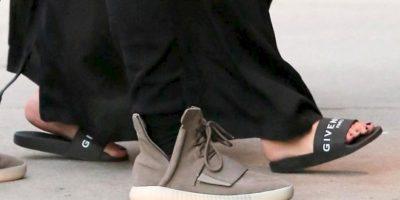 Y con esta sandalías demostró que sus piernas y pies estaban padeciendo con su nuevo peso. Foto:The Grosby Group
