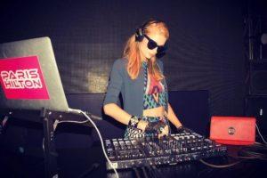 Y en una famosa DJ. Foto:vía instagram.com/parishilton