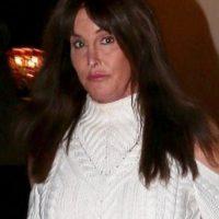 Hace una semanas, Caitlyn fue criticada por descuidar su cabello, pues muchos dijeron que lucía como con una peluca mal puesta. Foto:The Grosby Group