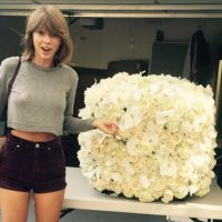 2- Taylor Swift con un ramo de flores enviado por Kanye West. 2.6 millones de me gusta. Foto:vía instagram.com/taylorswift