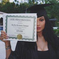 5- Kylie Jenner mostrando su diploma de graduación. 2.3 millones de me gusta. Foto:vía instagram.com/kyliejenner