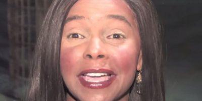 Su maquillaje era un desastre, al parecer aplicó demasidas capas, por lo que su rostro lucía con varios tonos diferentes. Foto:vía youtube.com/Jameson Bedonie