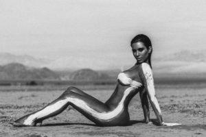 """""""Si quedo embarazada pronto, mi cuerpo se transformará otra vez. Así que estoy haciendo esta sesión de desnudos hoy"""", confesó en agosto. Foto:vía instagram.com/kimkardashian"""
